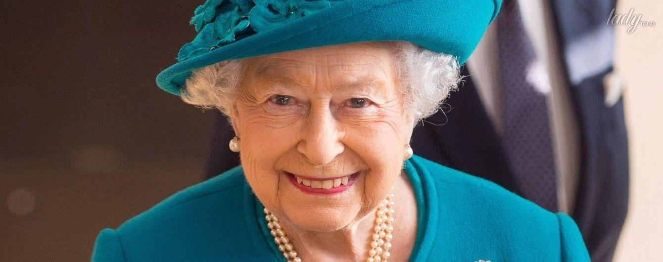 Как всегда, ослепительна: королева Елизавета II вышла в свет в необычном пальто