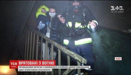 Львовские пожарные вытащили из огня семерых жителей многоэтажки