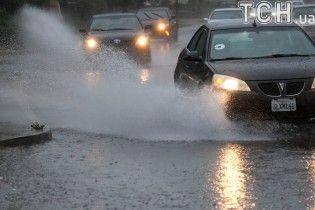 Затоплені автівки та рятувальники по шию у воді: у США вирує негода