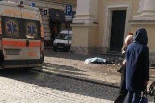 В центре Львова женщину убила ледяная глыба, которая упала с крыши церкви