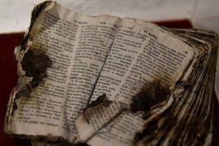 Порошенко во время встречи показал Пенсу опаленное Евангелие погибшего бойца АТО