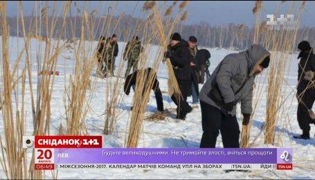 Українські риболови рятують рибу на Київському водосховищі