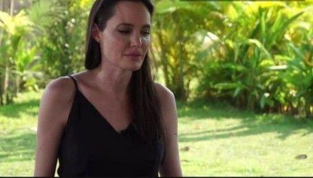 Анджеліна Джолі, ледь стримуючи сльози, вперше прокоментувала розлучення з Піттом