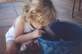 На Запорожье полуторагодовалая девочка напилась клея