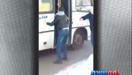 В России водитель маршрутки набросился на своего коллегу с ножом