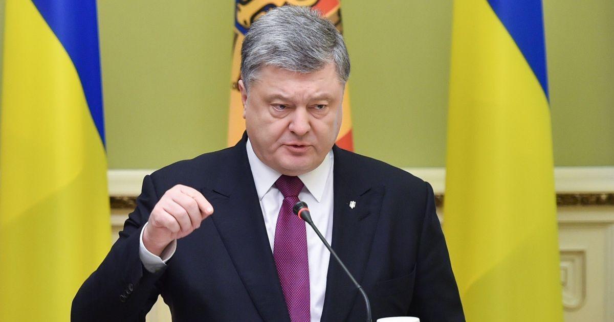 На кордоні з Україною стоять 50 тис. російських військових та близько півтисячі танків – Порошенко