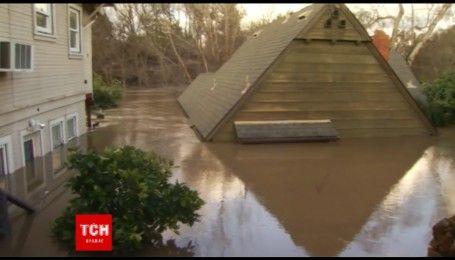 В Каліфорнії через повінь будинки стоять по вікна у воді