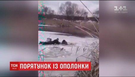 Столичные правоохранители спасли рыбака, провалившегося под лед