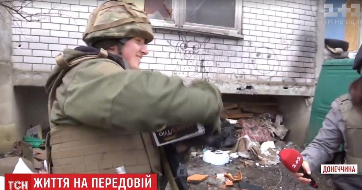 ТСН поздравила конфетами десантника, который подбил вражескую БМП под Донецком
