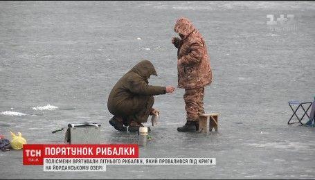 На столичной Оболони патрульный вытащил из-под льда пенсионера-рыбака