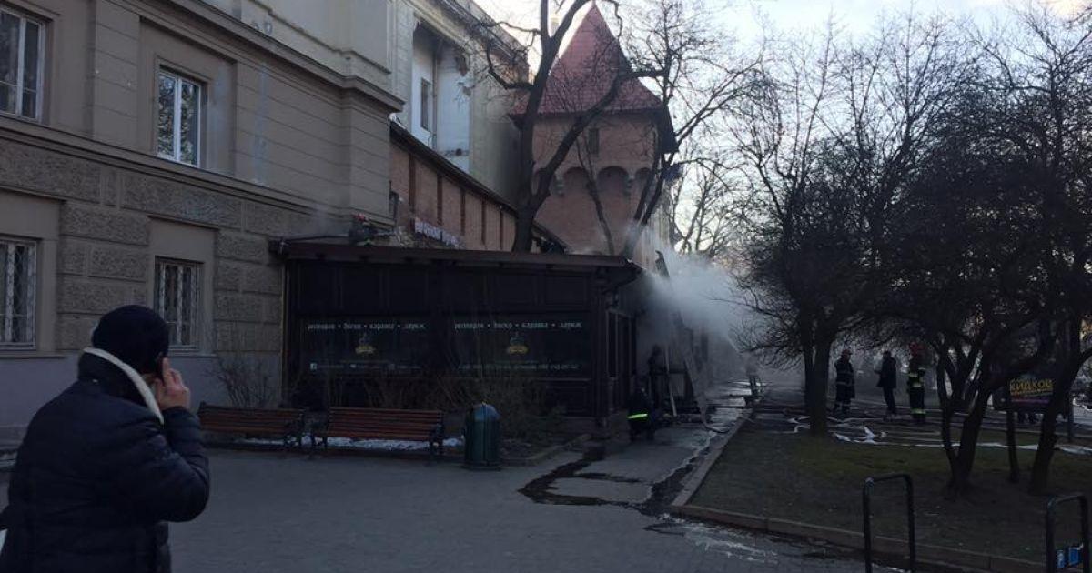 dbbd3ec0fc3651 Густий дим і перекритий центр міста. У Львові горів ресторан - Укрaїнa -  TCH.ua