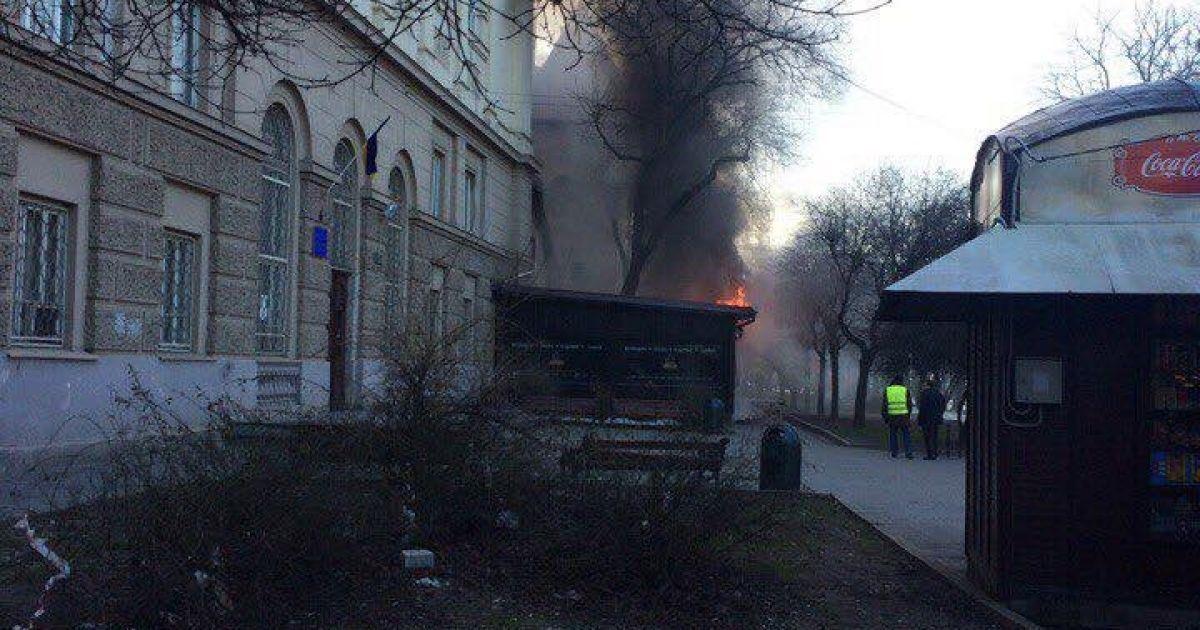 5de5a8f57e0d0a Густий дим і перекритий центр міста. У Львові горів ресторан (7 фото)