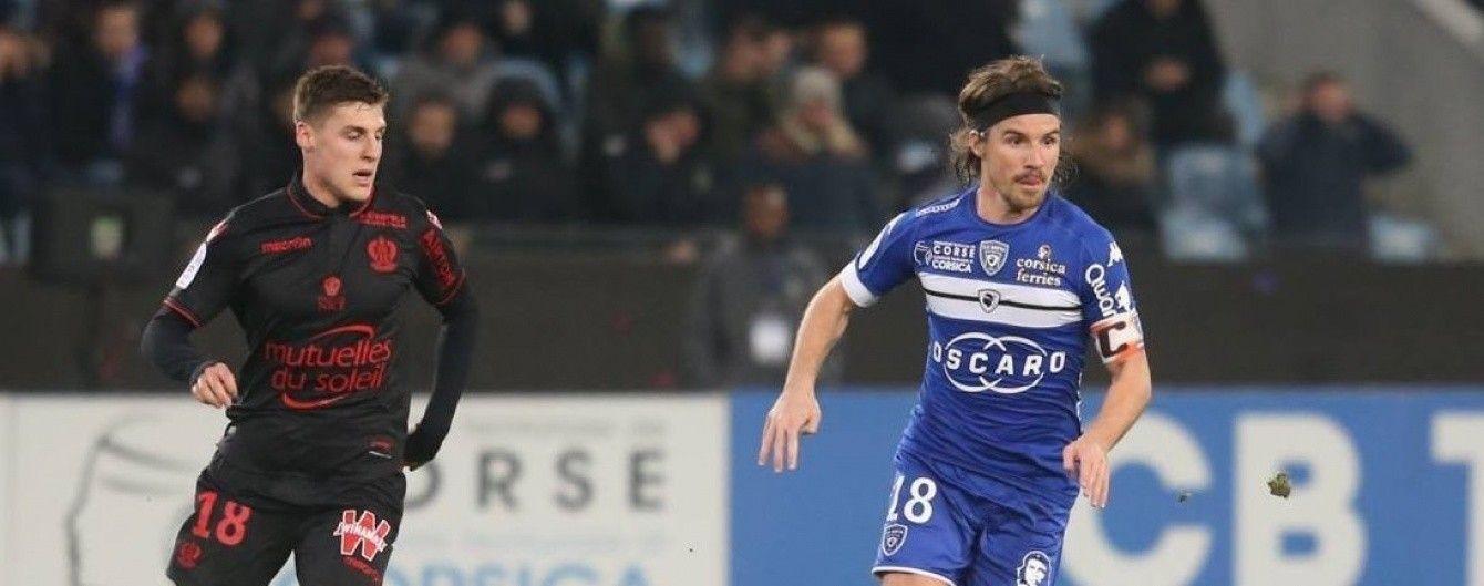 Капитан французского клуба выбил табло из рук судьи во время замены