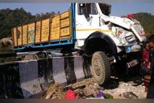 В Индии грузовик по дороге в церковь доставил больше десятка людей на тот свет