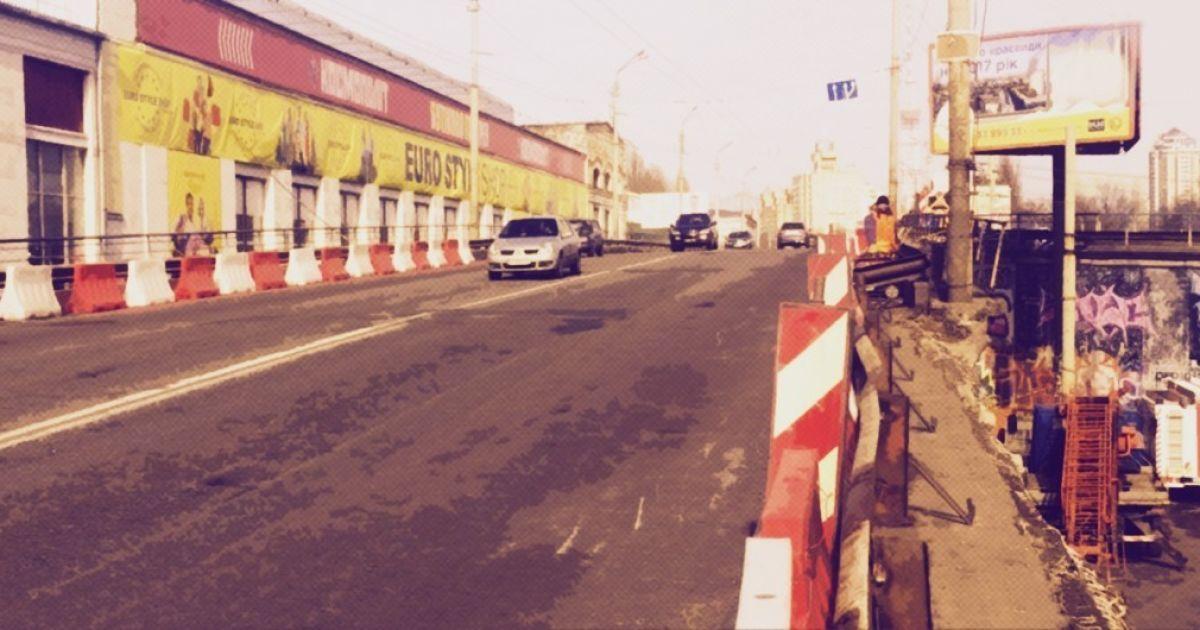 В Киеве на Шулявском путепроводе из асфальта вылезла арматура: поврежденные авто