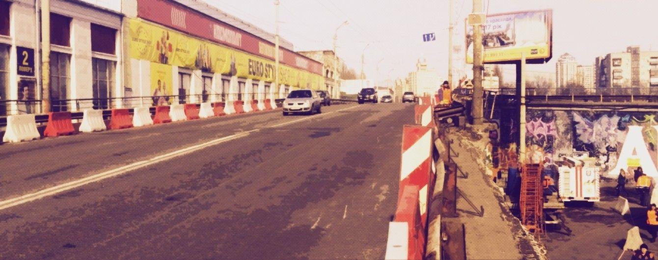 У Києві на Шулявському шляхопроводі з асфальту вилізла арматура: пошкоджені авто