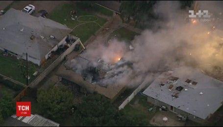 В Калифорнии самолет упал на дом