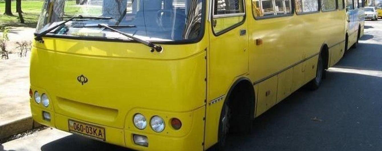 На Київщині 15-річна дівчинка випала з маршрутки під час руху