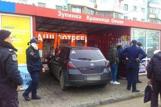 В Одесі іномарка влетіла у зупинку з людьми