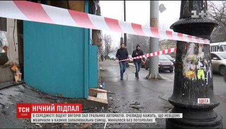 Пожежники встановлюють причини загоряння будівлі казино в Одесі