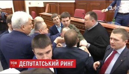 Облитый депутат, обиды и угрозы Кличко: в мэрии произошла драка из-за Шулявского моста