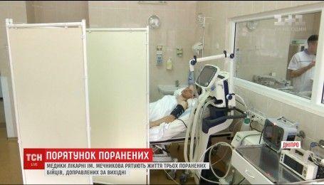 В областную больницу Днепра доставили трех бойцов с минно-взрывными ранениями