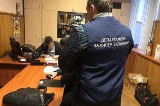 На Житомирщині директор сервісного центру за видачу прав вимагав деревину