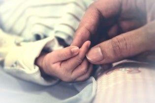 На Миколаївщині поблизу лікарні знайшли побите немовля в картонній коробці