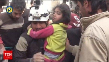 В Сети появилось видео спасения людей после бомбардировки повстанцами Сирии