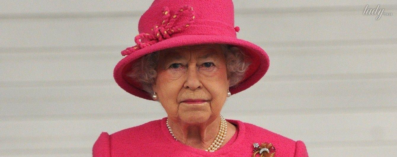 Сумка - не просто аксессуар: королева Елизавета II с помощью своей сумки подает знаки придворным