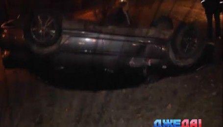 В Киеве Mitsubishi Lancer перевернулся на проезжей части