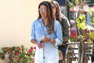 В белых брюках и джинсовой рубашке: яркий повседневный образ Евы Лонгории