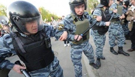 С желто-голубыми флагами и лентами: в Петербурге сотни людей вышли на акцию против войны с Украиной
