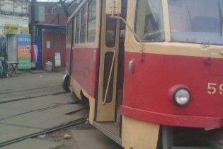 В Киеве на Куреневке трамвай слетел с рельсов