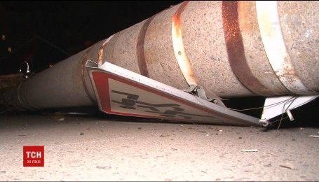В Сумах пьяный чиновник на автомобиле въехал в бетонный столб
