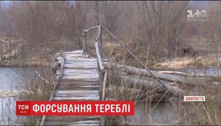Люди на Закарпатье вынуждены ежедневно бродом преодолевать горную реку Тереблю