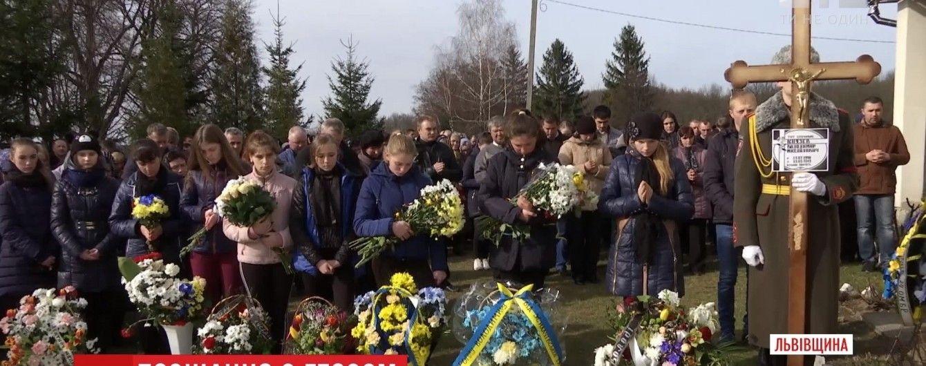 На Львівщині зі зворушливими почестями поховали 18-річного бійця АТО