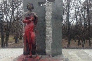 У Києві вандали спаплюжили пам'ятник Олені Телізі
