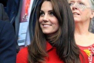 С естественным макияжем и в ярком пальто: герцогиня Кембриджская на матче по регби