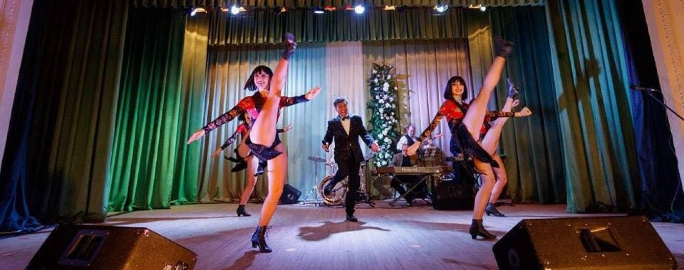 """В Днепре пенсионерам бесплатно показали выступление """"ногастого кабаре"""""""