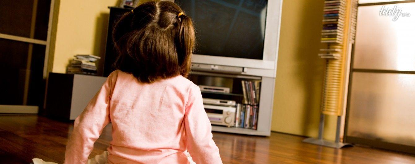 Девочка на телевизор смотрит секс