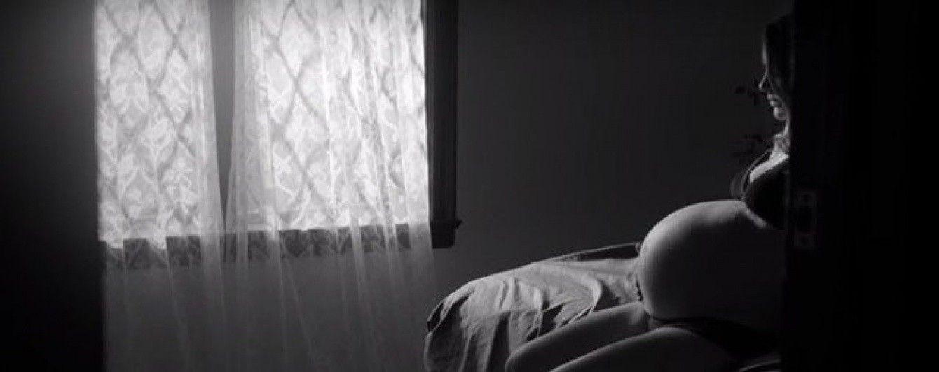 Наталі Портман показала оголений вагітний живіт у кліпі