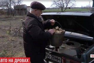 """Пенсіонер з Чернігівщини змусив свій """"Мерседес"""" їздити на дровах замість бензину"""