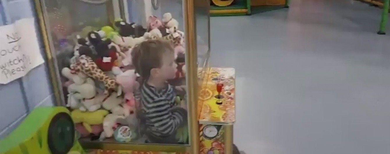 В Ірландії 5-річний хлопчик застряг в автоматі з купою іграшок