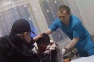 Под Киевом бывший АТОшник спас 19-летнего парня, который истекал кровью посреди улицы