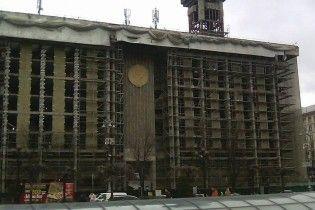 У Києві з Будинку профспілок зняли полотна та почали ремонт