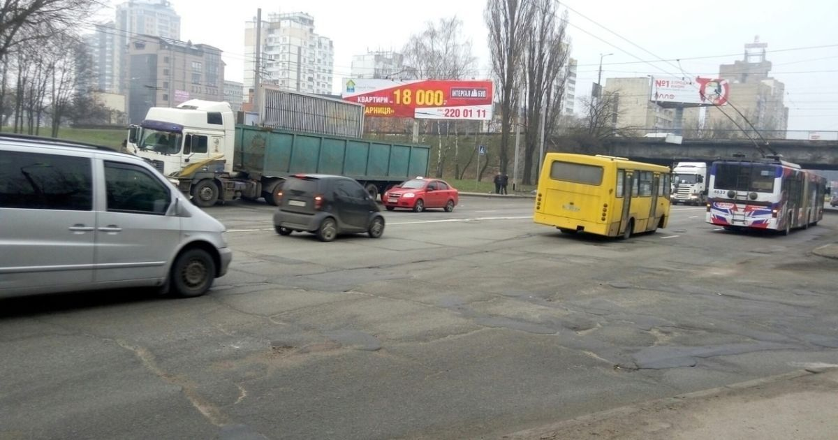 В Киеве возле Шулявки из-за обрыва проводов остановились троллейбусы