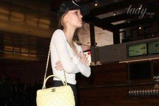 В скромном наряде и с сумкой Chanel: повседневный образ Лили-Роуз Депп