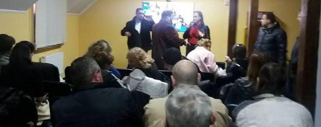 Під Рівному активісти зірвали збори прихильників партії соратника Януковича