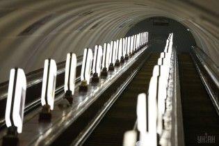Ремонт на несколько миллионов: монеты, каблуки и мобильники ломают эскалаторы метро в Киеве